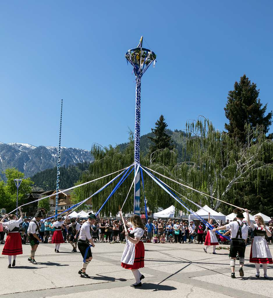 maypole-dancers-at-the-bavarian-celebration-of-spring-festival-in-leavenworth-49f77e